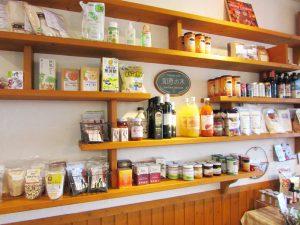 店内にはセレクトショップのように商品が並んでいます。食品だけでなく美容健康用品、日用品も。